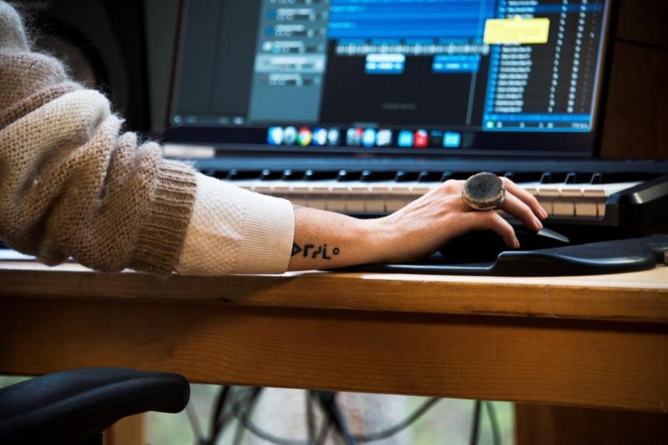 iskwé works in the studio