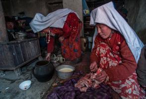 2 Afghan Krygyz women preparing food © Beth Wald